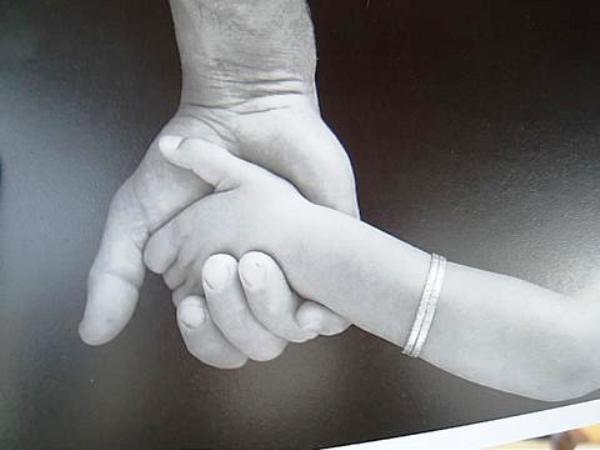Main d'adulte tenant une main d'enfant : le guide