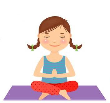 Petite fille en train de méditer en tailleur sur un tapis